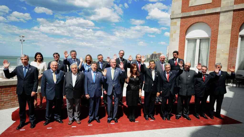 El Rey Juan Carlos durante la Cumbre Latinoamericana de 2010 junto a otros mandatarios, en el Hotel Provincial, propiedad de Florencio Aldrey Iglesias.