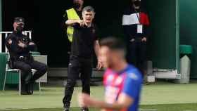 Mendilibar se enfada en la banda en un partido del Eibar