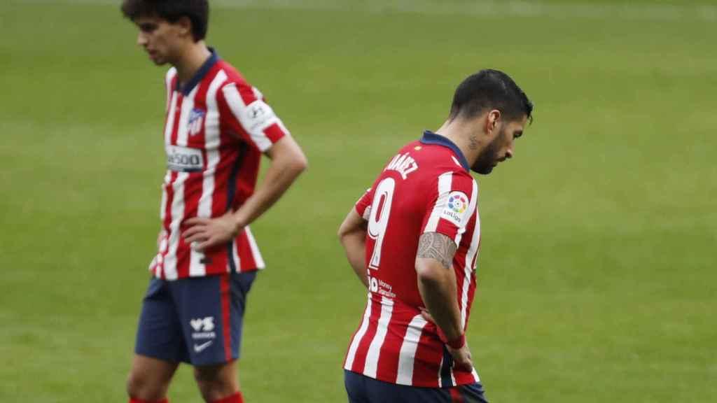 Joao Félix y Luis Suárez, cabizbajos