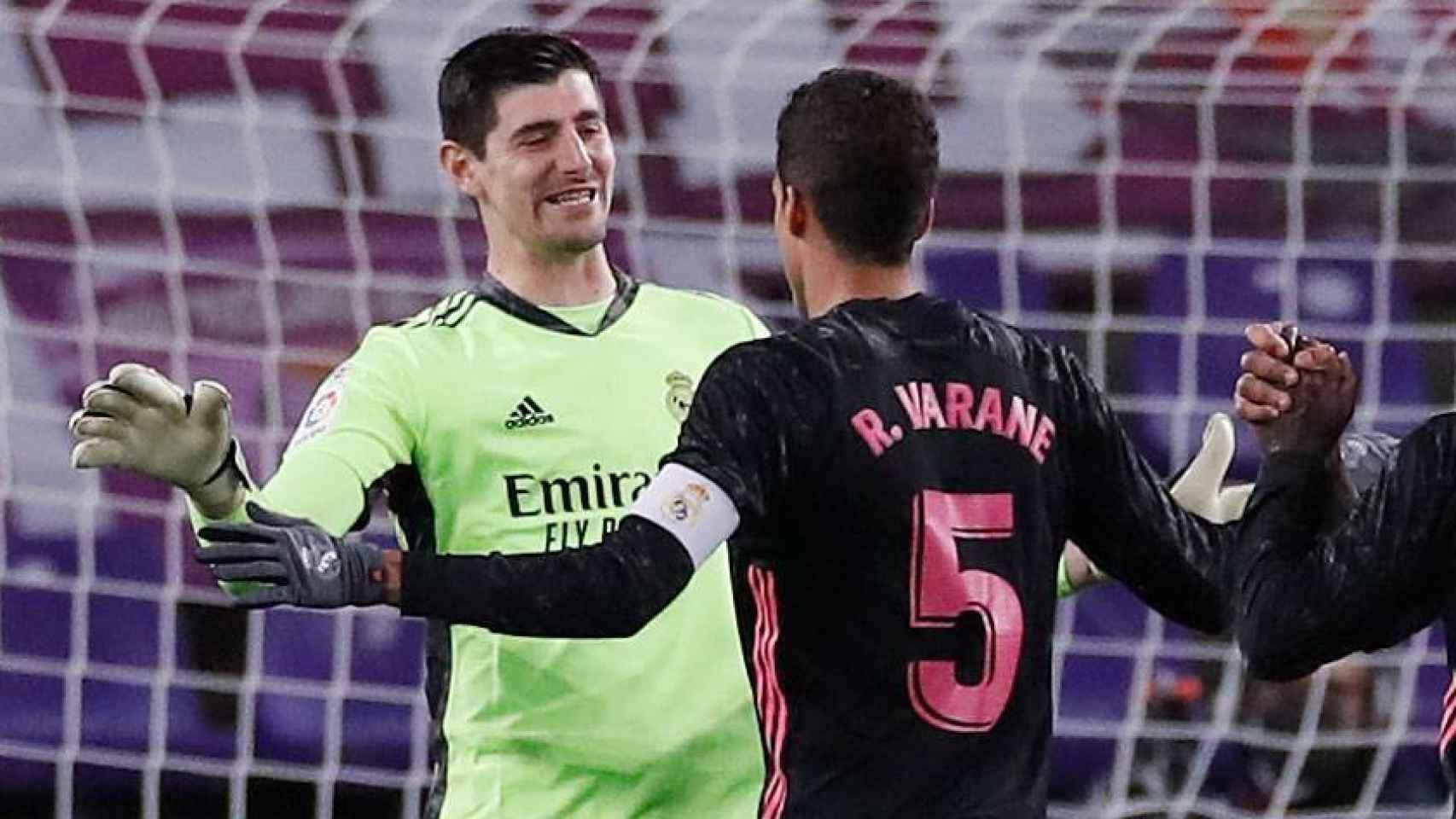 Thibaut Courtois celebra con Raphaël Varane la victoria del Real Madrid ante el Valladolid