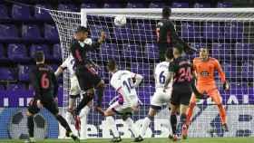 Casemiro supera a la defensa del Real Valladolid y marca gol