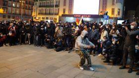 Un manifestante baila en la concentración en apoyo a Hasél en Madrid.