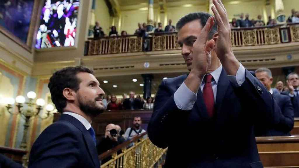 Imagen de archivo de Pablo Casado junto a Pedro Sánchez en el Congreso de los Diputados.
