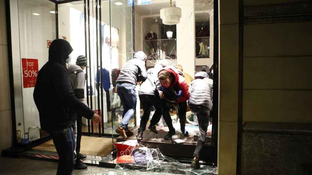 Un grupo de vándalos saquea un comercio en Barcelona durante la manifestación por Pablo Hasél.