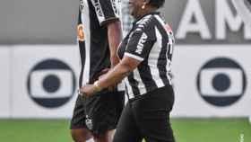 Ronaldinho y su madre Doña Miguelina. Foto: Twitter (@Atletico)