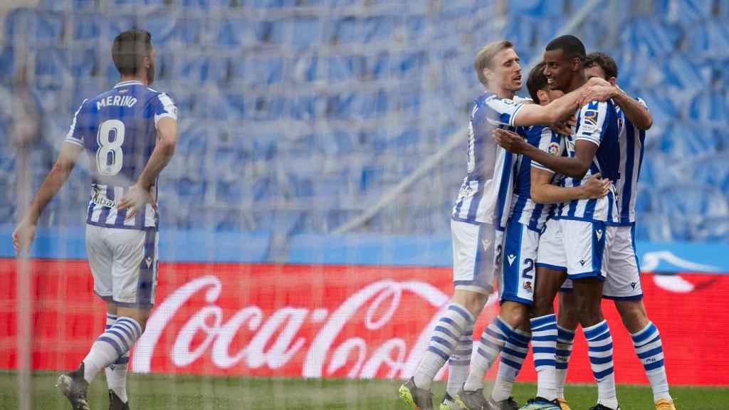 Los jugadores de la Real Sociedad celebran un gol