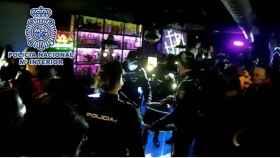 La Policía desaloja un restaurante con 16 personas escondidas dentro en Madrid.