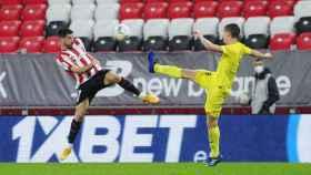 Athletic y Villarreal pelean un balón