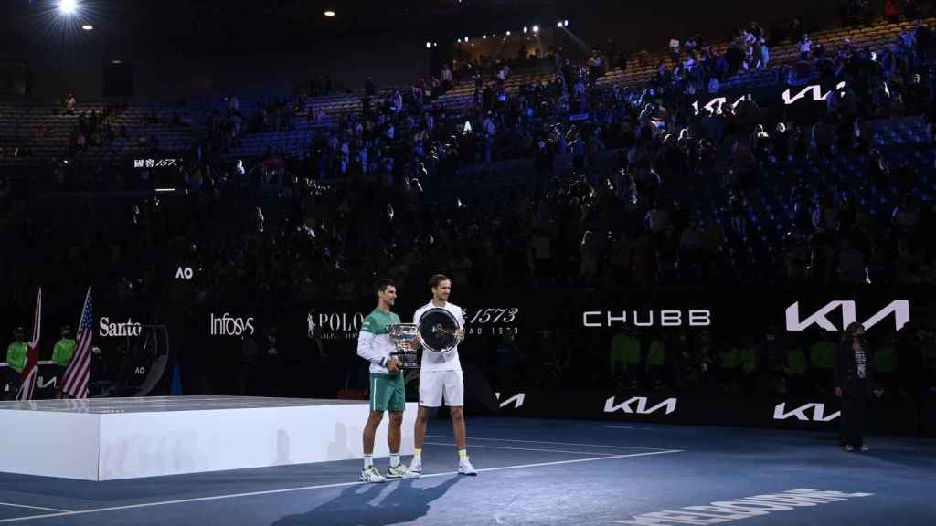 Novak Djokovic y Daniil Medvedev, tras la final del Open de Australia