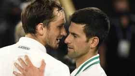 Daniil Medvedev felicita a Novak Djokovic tras la final del Open de Australia