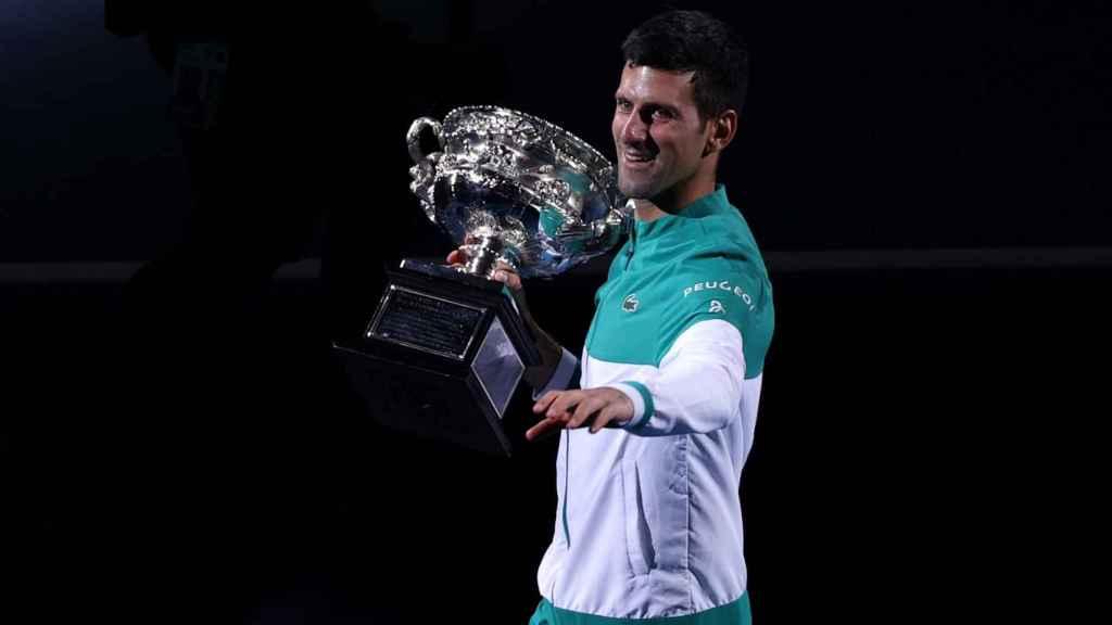 Novak Djokovic con su noveno título del Open de Australia