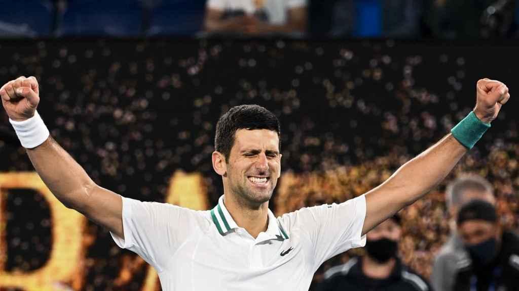 Djokovic celebra su victoria en el Open de Australia 2021