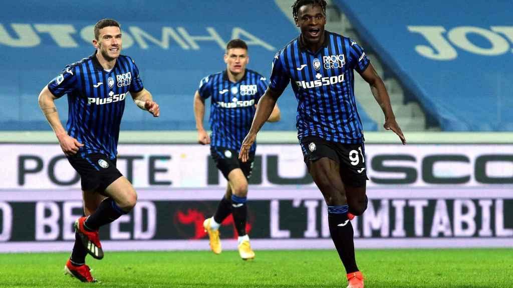 Duvan Zapata celebra su gol frente al Nápoles