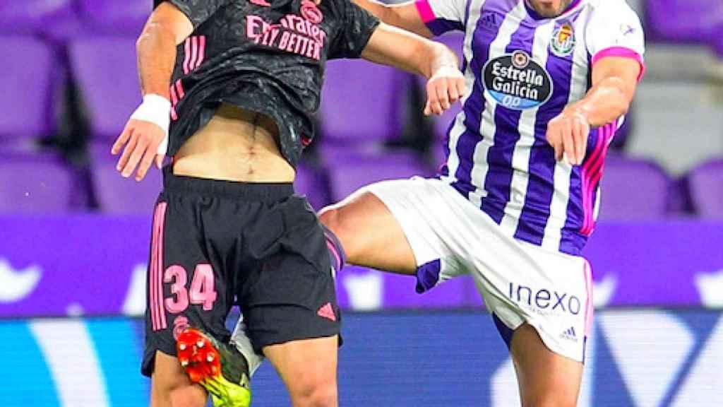 Hugo Duro pelea un balón por alto en el Valladolid - Real Madrid