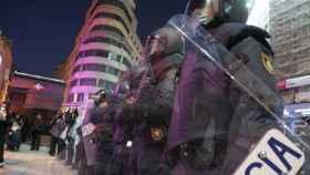 Policías nacionales forman un cordón alrededor de la Plaza de Callao, en Madrid.