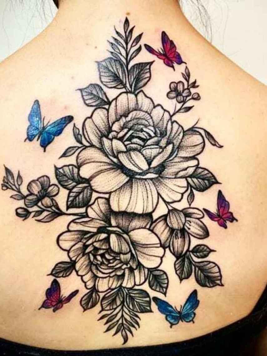 Espalda tatuada con motivos florales.