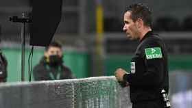 Tobias Stieler, árbitro alemán, durante un partido de la Bundesliga