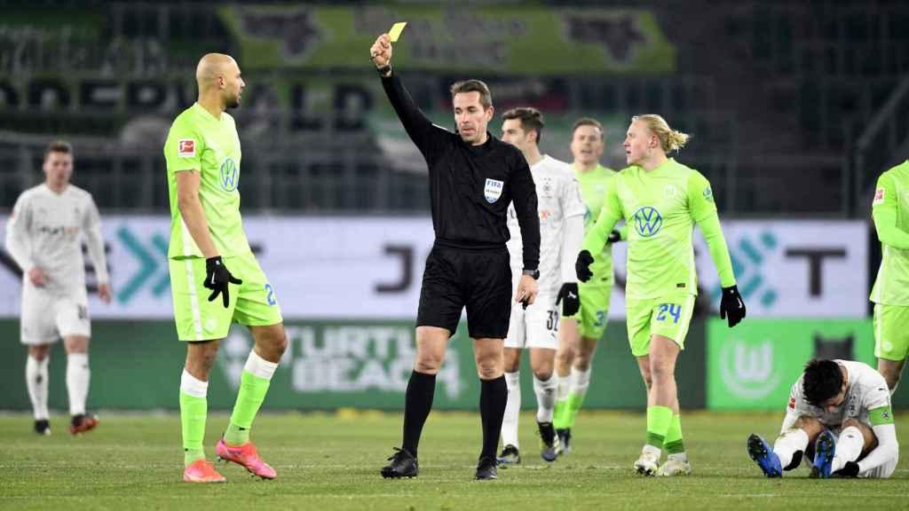Tobias Stieler, árbitro alemán, durante un partido de la Budesliga