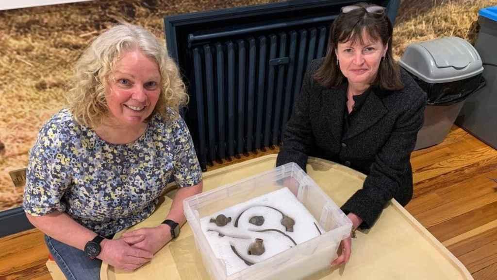 Kath Giles y Allison Felix con el tesoro vikingo.
