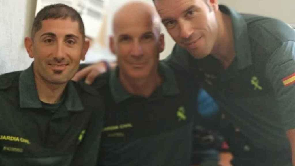 El agente José Manuel Arcos (c) junto a dos de sus amigos en la Guardia Civil.