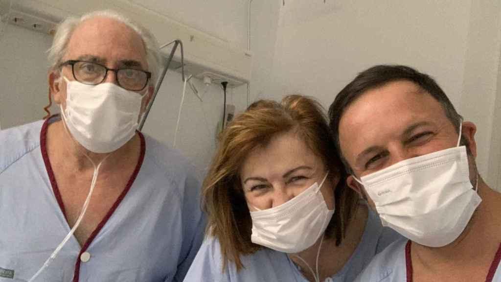 Pablo Ruz junto a sus padres, durante su ingreso en el hospital por la Covid-19.
