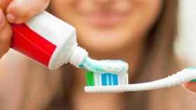 Una joven cepillándose los dientes.