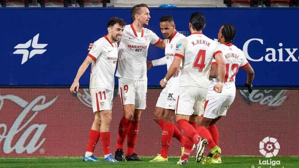 Los jugadores del Sevilla celebran el gol de Luuk de Jong al Sevilla en La Liga