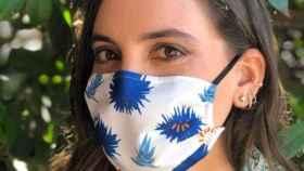 Boticaria García con una de sus mascarillas solidarias