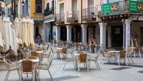 Una terraza en una calle de Aranda de Duero. Efe