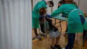 Una mujer es vacunada por personal sanitario del Servicio Andaluz de Salud, en Sevilla.