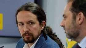 Pablo Iglesias, junto a José Luis Ábalos, en la sala de prensa de Moncloa.