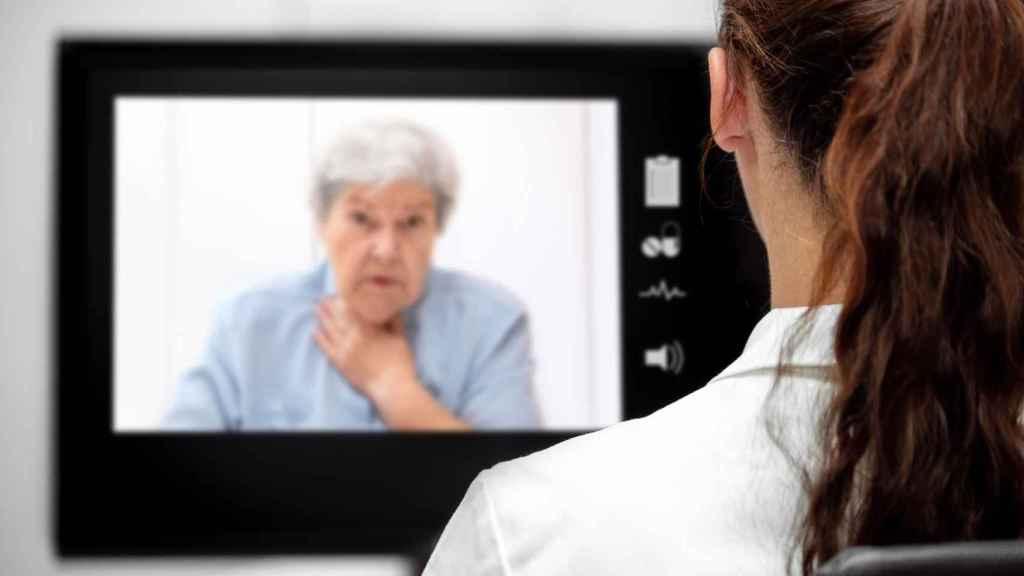 Una paciente con problemas respiratorios es atendida por una doctora por vídeollamada.