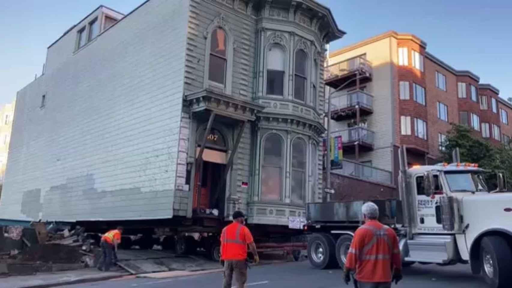 Una casa centenaria se muda de calle en la ciudad de San Francisco