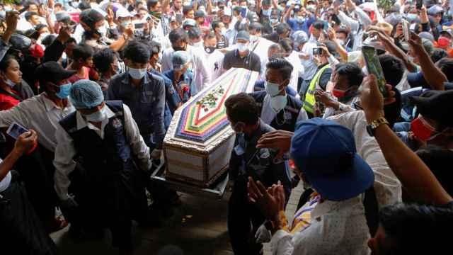 Una multitud acompaña en su funeral a la manifestante fallecida de un disparo en la cabeza.