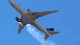 Boeing 777 de United echando humo durante el incidente en Denver