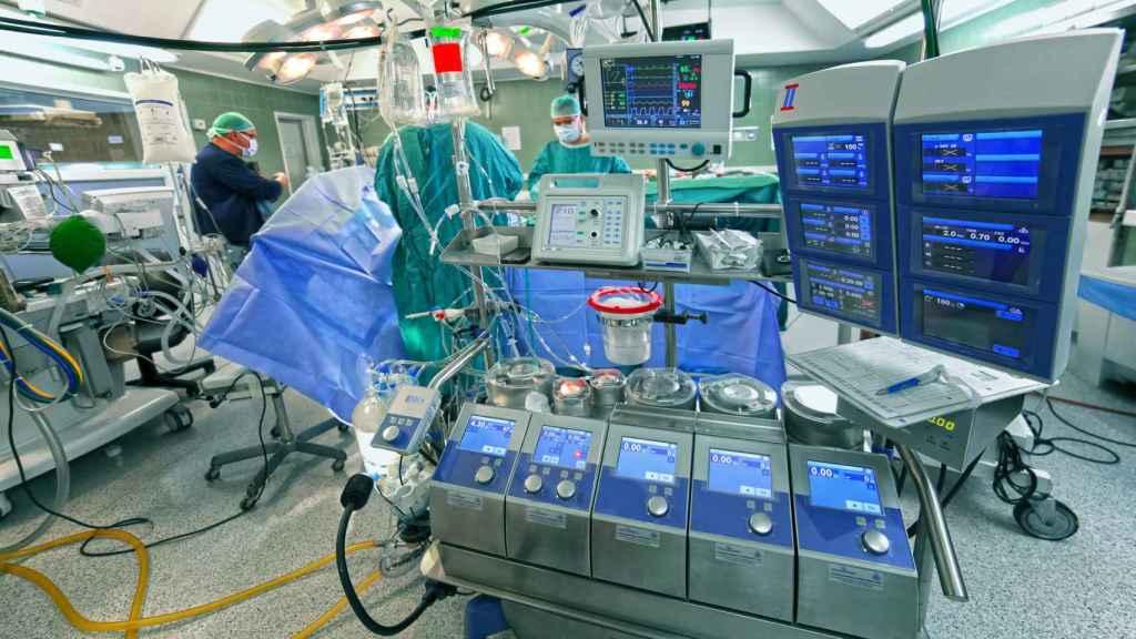 Un quirófano preparado para una operación pulmonar.