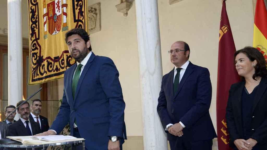Fernando López Miras tomando posesión de su cargo como presidente bajo la atenta mira de Pedro Antonio Sánchez.