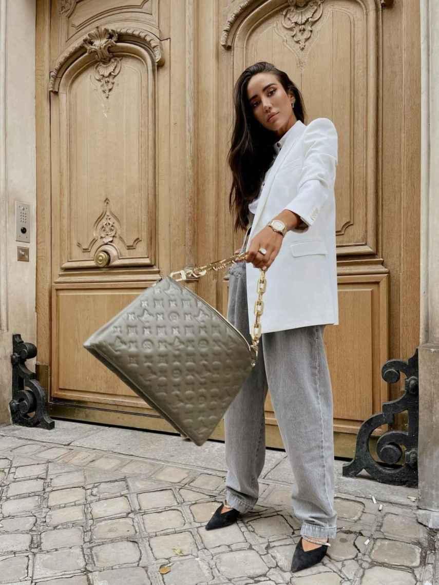 La 'influencer' Tamara Kalinic con el Coussin de Louis Vuitton.