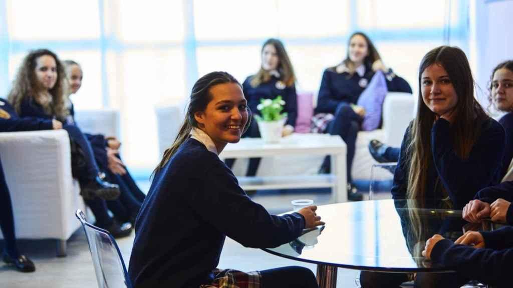 Alumnas de similar edad a la de Leonor de Borbón, en una clase de un colegio SEK.