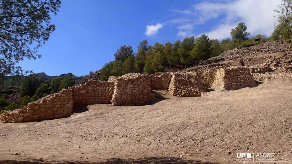 Vista de una sección de la muralla de La Bastida.