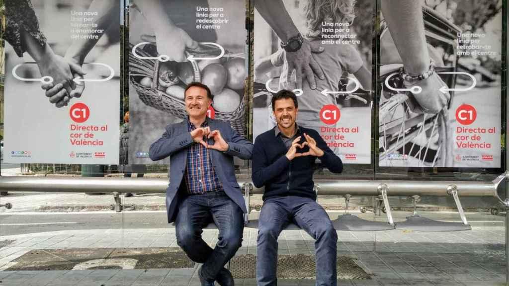 Giuseppe Grezzi y Josep Enric García, en una parada de la EMT. EE