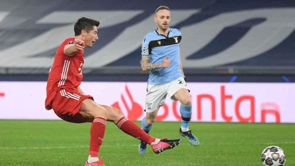 Lewandowski lanzando ante la Lazio