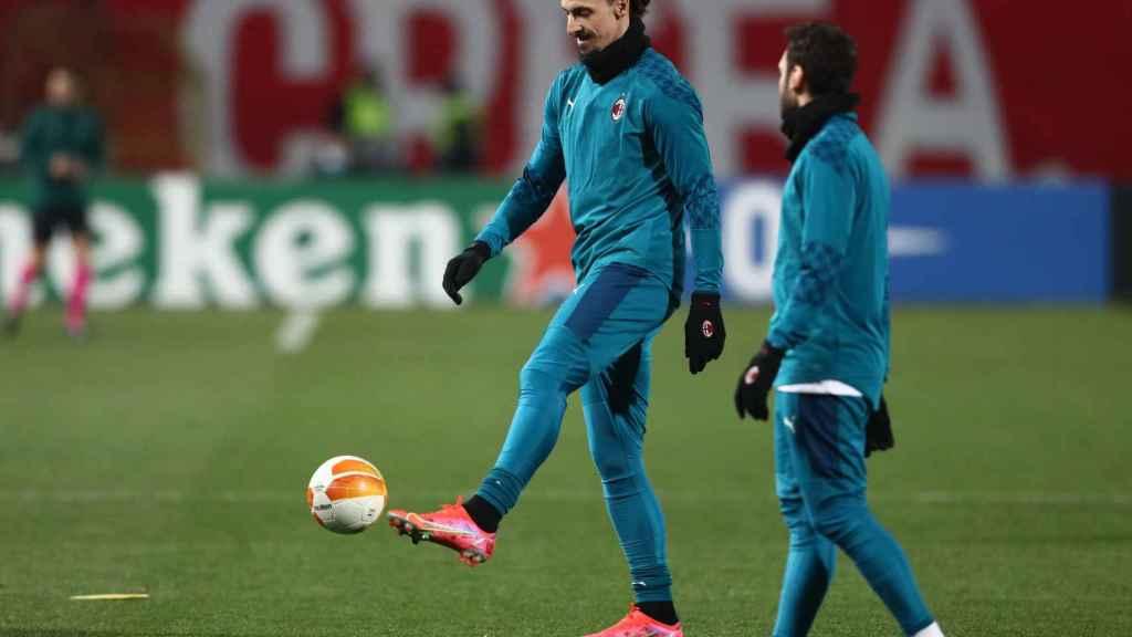 Ibrahimovic calentando con el Milan en Serbia