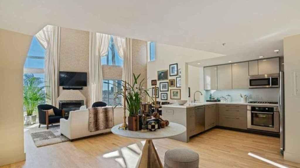 La primera planta cuenta con una cómoda cocina y amplio salón.