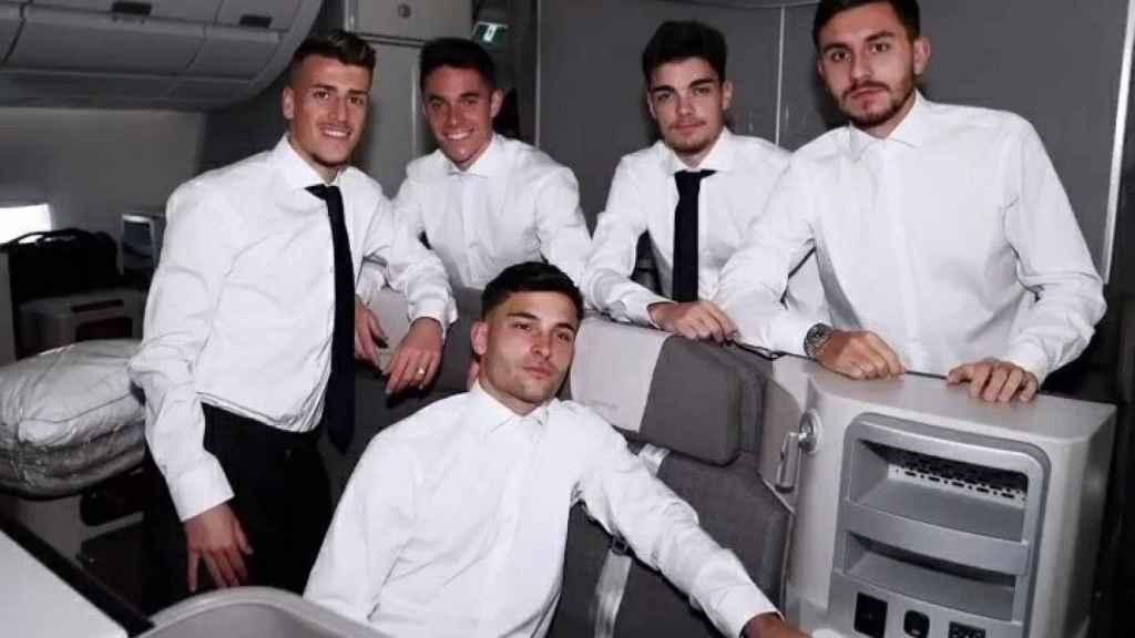 Antonio Blanco, Sergio Arribas, Hugo Duro, Miguel Gutiérrez y Víctor Chust, en el vuelo hacia Bérgamo