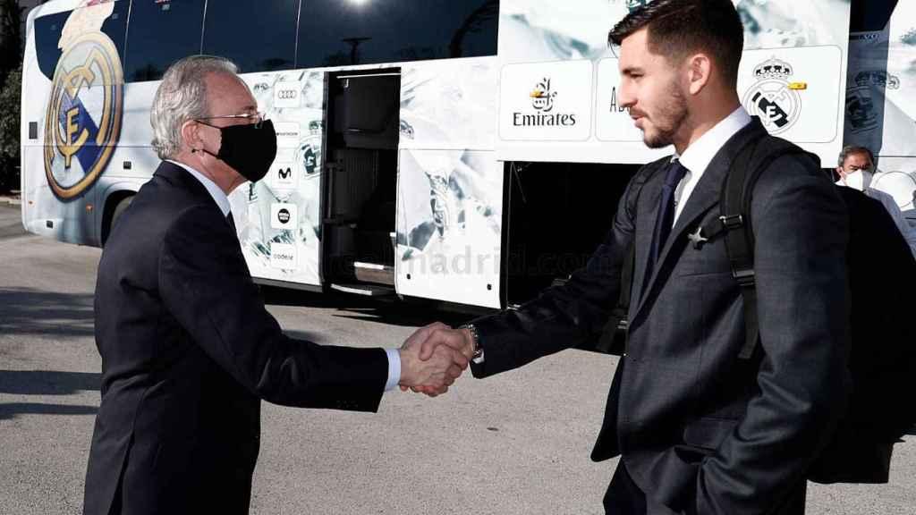 Florentino Pérez saluda a Víctor Chust antes de viajar a Bérgamo