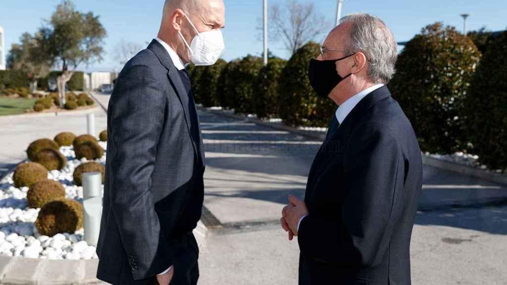 Zinedine Zidane y Florentino Pérez dialogan