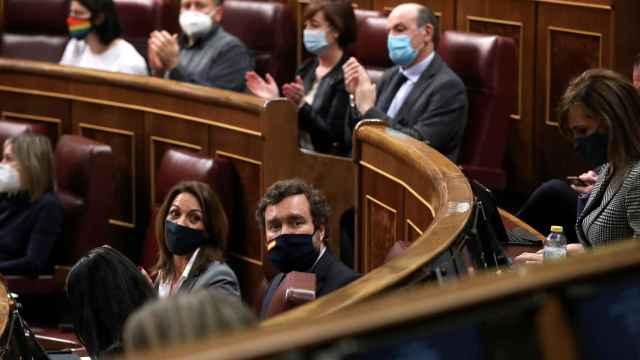 El portavoz de Vox, Iván Espinosa de los Monteros, durante el aplauso del resto de grupos al que no se sumó.