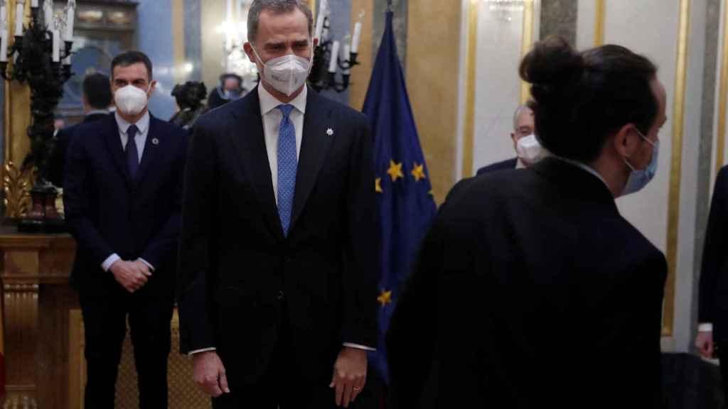 Pablo Iglesias, vicepresidente segundo del Gobierno, ante Felipe VI y Pedro sánchez, en el Salón de los Pasos Perdidos del Congreso.
