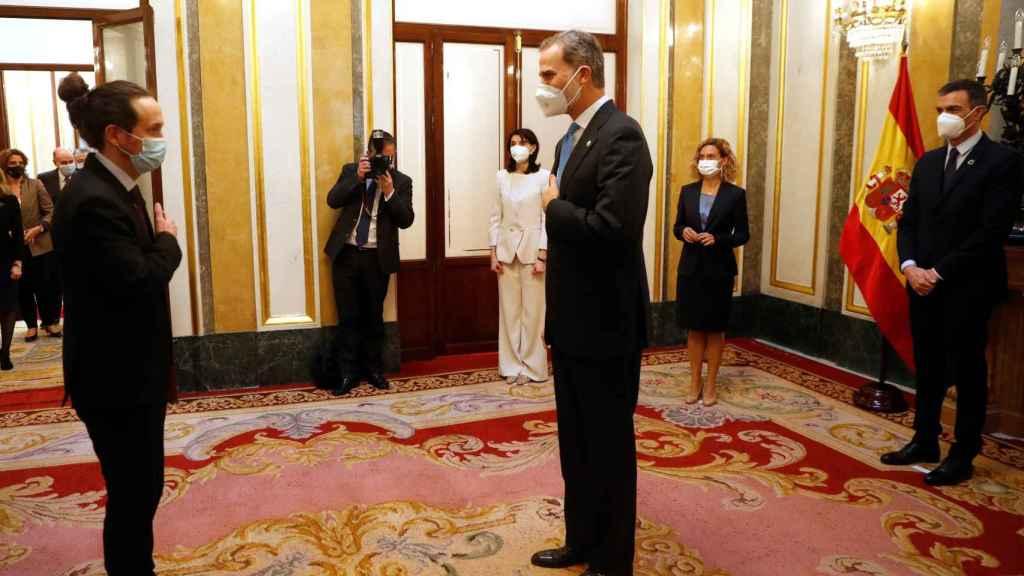Pablo Iglesias, vicepresidente segundo del Gobierno, saluda a Felipe VI en el Salón de los Pasos Perdidos del Congreso.